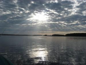 Солнце и облака на озере Волго