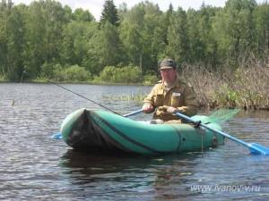 рыбак в лодке на озере Волго