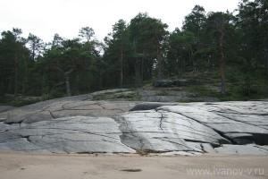 Южный склон острова. Приятно загорать лежа на нагретых солнцем камнях (многие засыпают)<br />