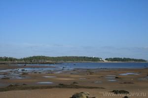 Вид с Фаресова острова на остров Кий в момент отлива