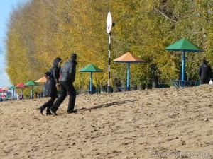 Редкие посетители пляжа одеты «анти мини-бикини»