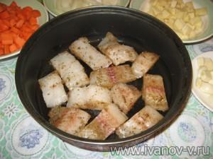 укладываем рыбу на сковородку