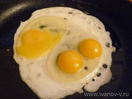 яичница с из двух желткового яйца
