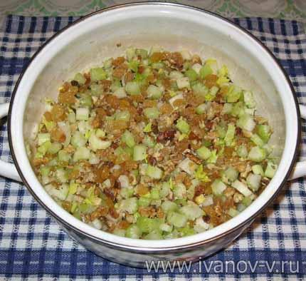 смешиваем орехи, изюм и сельдерей