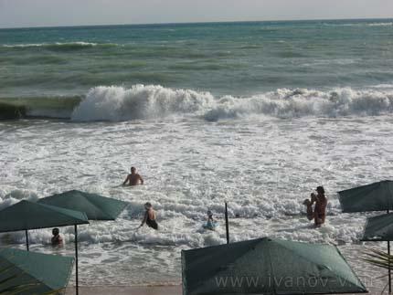 Купание в море с волнами