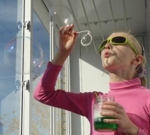 дочь пускает мыльные пузыри из самодельного раствора