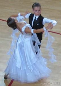грациозность и красивые наряды танцоров на турнире по спортивным танцам в Твери