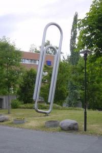 памятник в виде канцелярской скрепки