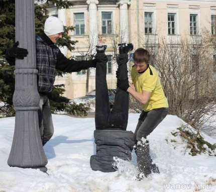 Подростки балуются в остатках снега
