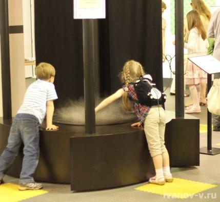 в Экспериментаниуме даже дети могут потрогать торнадо