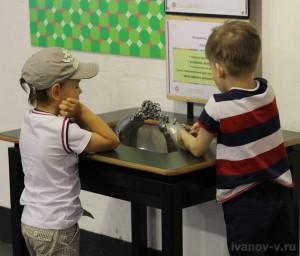 мальчишки в Экспериментаниуме