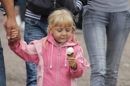 девочка и мороженое