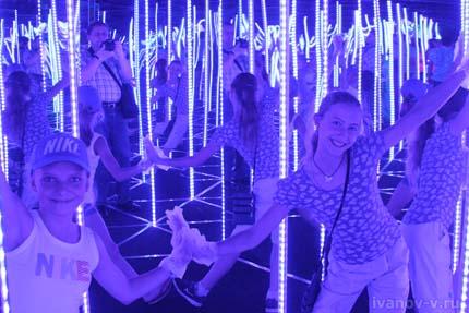 дети в зеркальном лабиринте