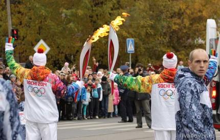 передача олимпийского огня факелоносцами