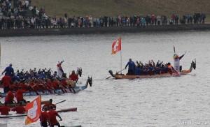 олимпийский огонь плывет по реке Волге
