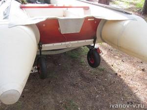 спустить лодку на воду на колесах