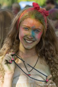 Младшая дочь на празднике красок Холи в Твери