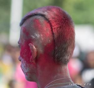 участник праздника красок Холи в Твери