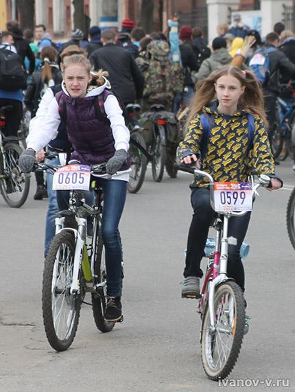 с подругой на велосипеде
