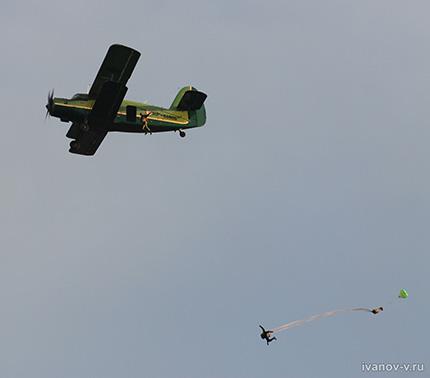 парашютисты на низкой высоте