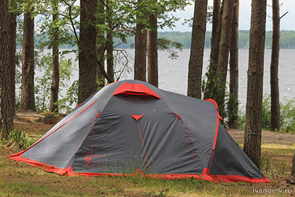 палатки на берегу Волго