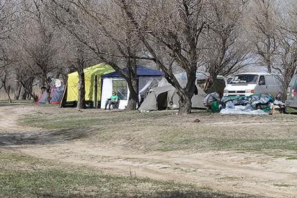 палаточный лагерь на берегу