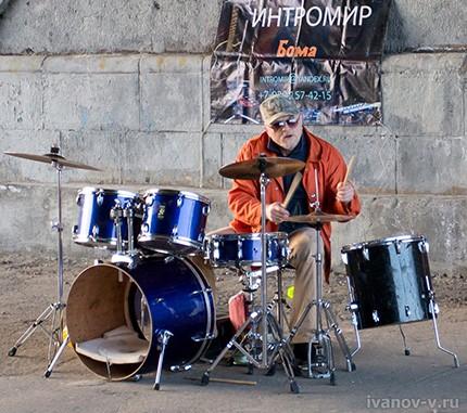 уличный концерт под мостом