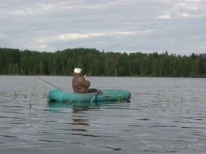 рыбак тащит щуку