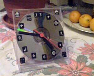 настольные часы из CD диска