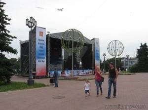 сцена у памятника Афанасию Никитину