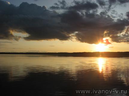 Облака на озере