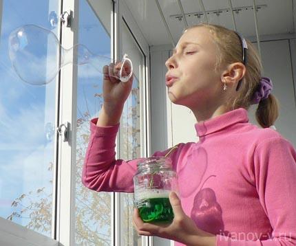 особенно интересно когда получаются большие мыльные пузыри