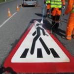 Дорожные знаки на асфальте