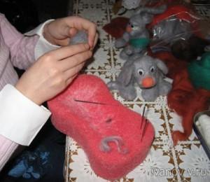 дочь делает валяные игрушки