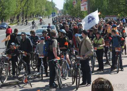колонна велосипедистов в Твери