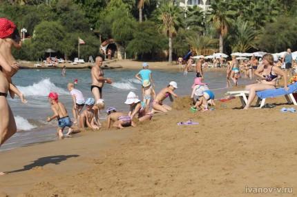 Отель Aska Buse Resort - дети на пляже