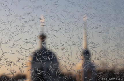 Зимние узоры Деда Мороза на окне