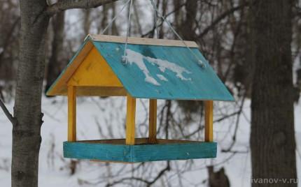 кормушка для птиц в виде домика