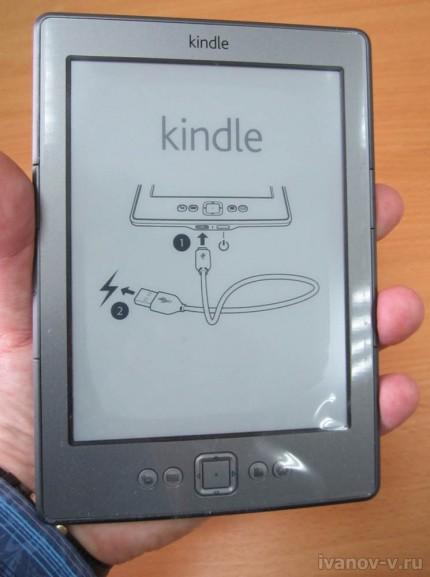 электронная книжка Amazon Kindle в руке