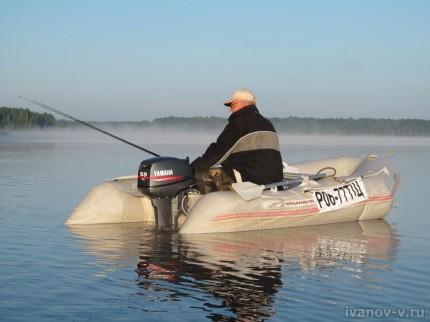 лодка с мотором на озере Волго