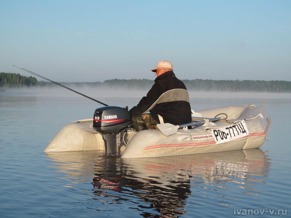 рыбалка с лодки на глубине на озере