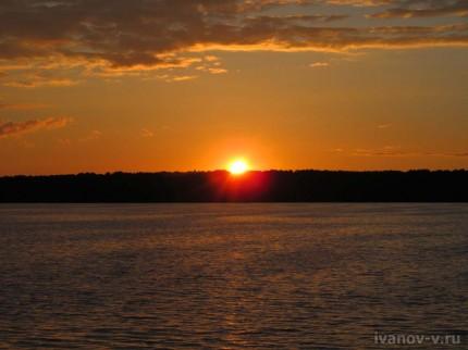 солнце заходит на озере Волго