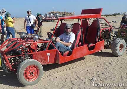на автомобиле по пустыне