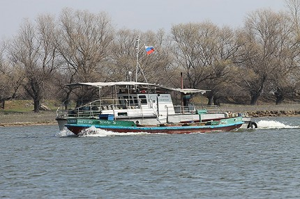катер на реке Бузан