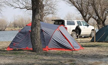 палатки на берегу